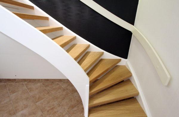 Öppen trappa i ek helstav med handledare