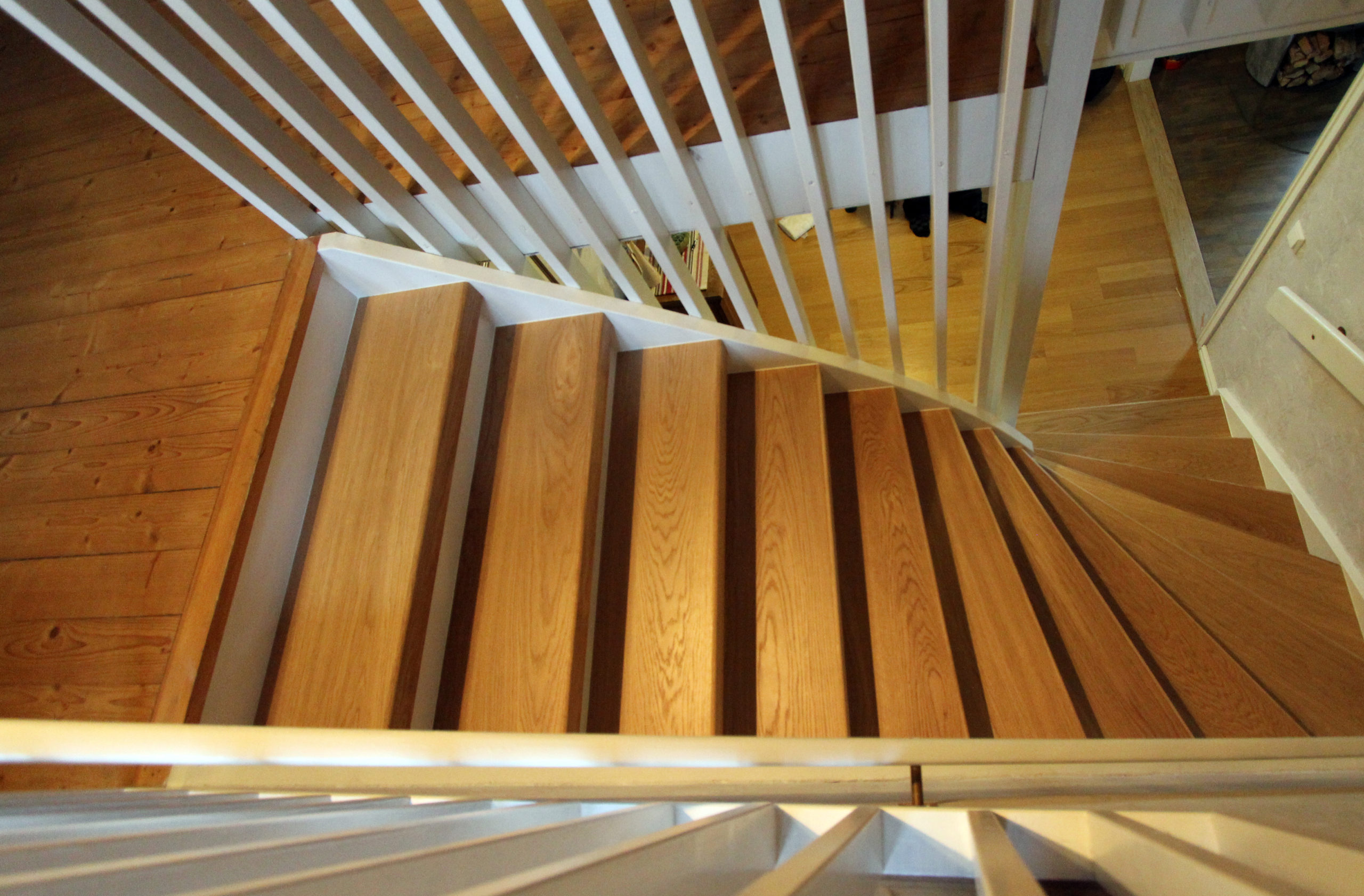 Stängd trappa i ek helstav