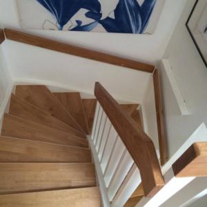Stängd trappa i ek 3-stav med handledare.