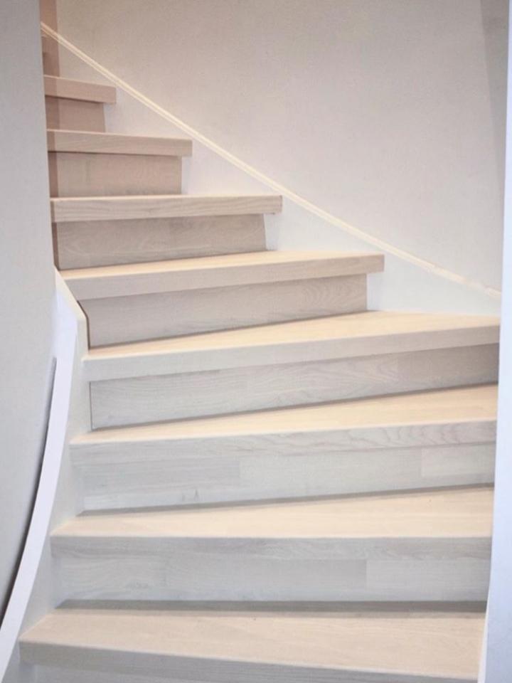 Stängd trappa i vit ask.