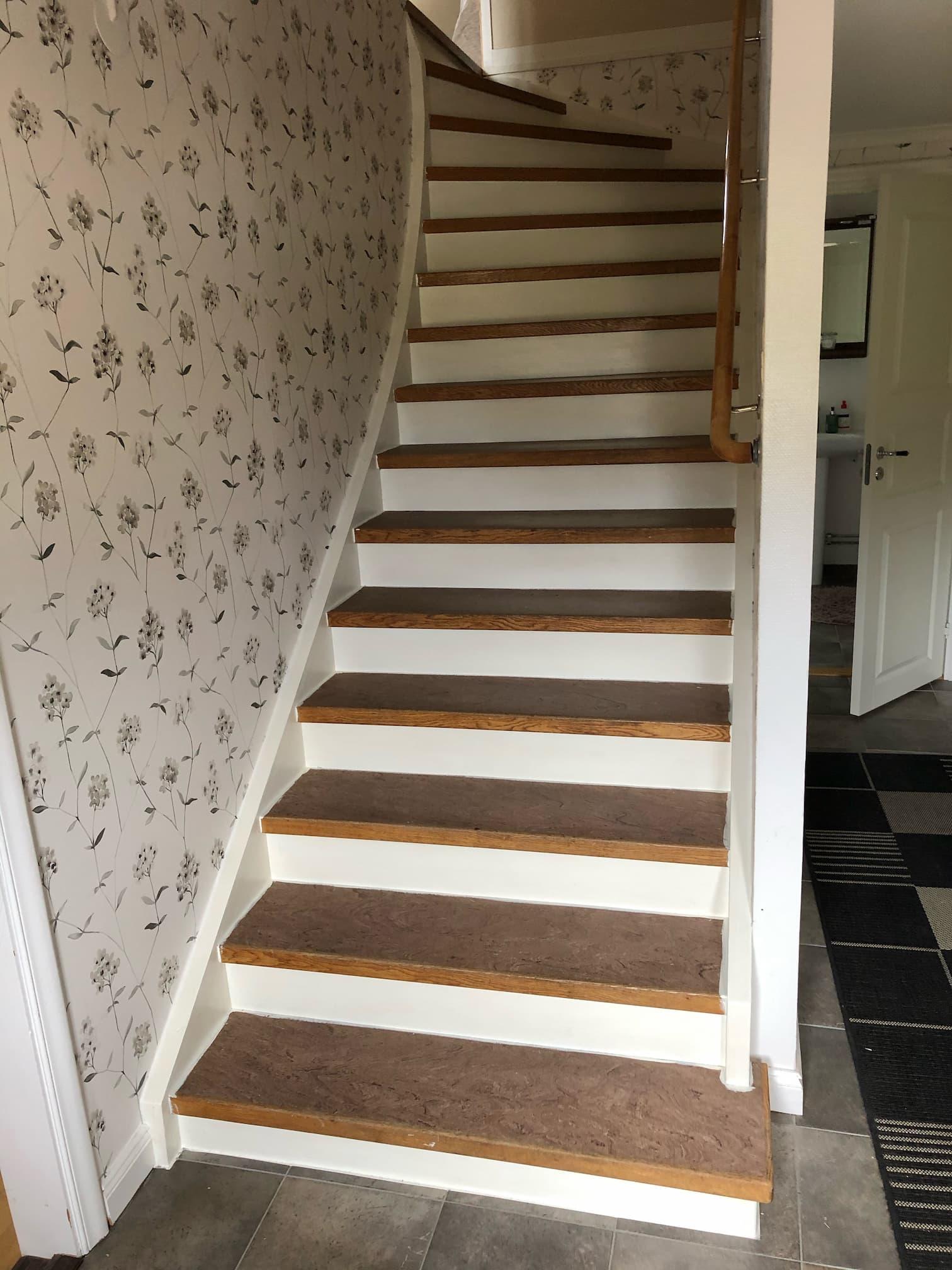 Stängd trappa innan montering av steg i mörk ask